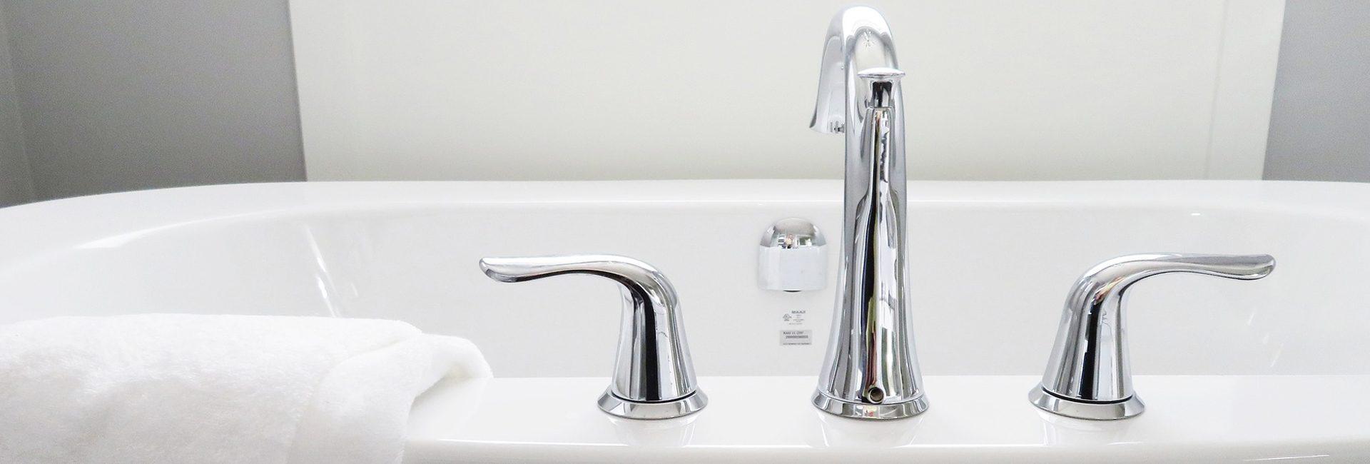 https://pixabay.com/de/photos/badewanne-bad-badezimmer-bad-wei%C3%9F-2485952/ 5 Tipps für das Badezimmer